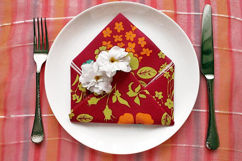 Brief aus Serviette mit Blumenmuster