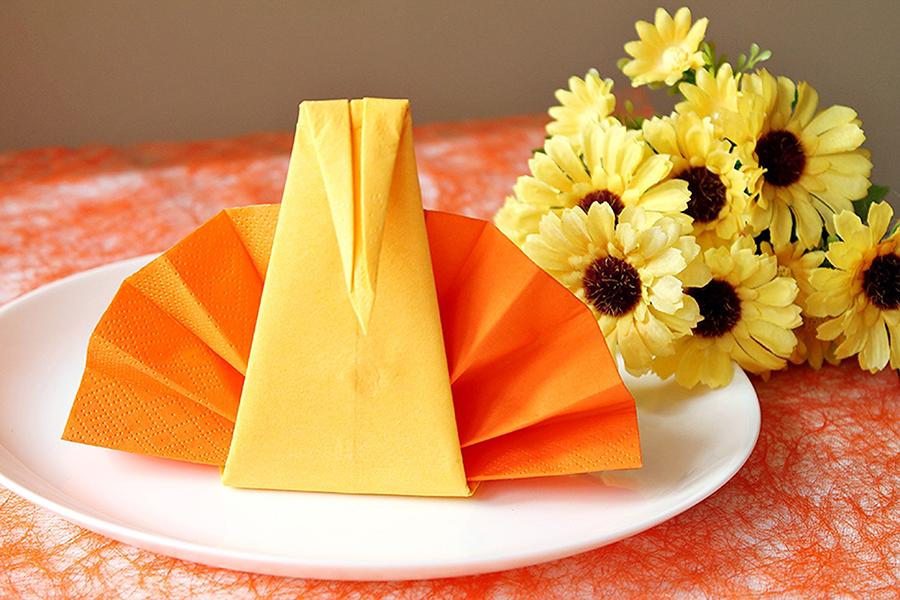 Pfau aus zwei Papierservietten falten