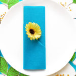 Servietten falten blaue Bestecktasche