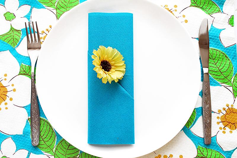 Schnelle Bestecktasche aus blauen Papierserviette zur Grillparty